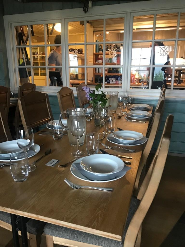 Middagsbord på Kikutstua i Nordmarka
