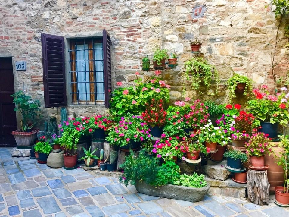 Blomster ute i gate i Montefioralle in Chianti