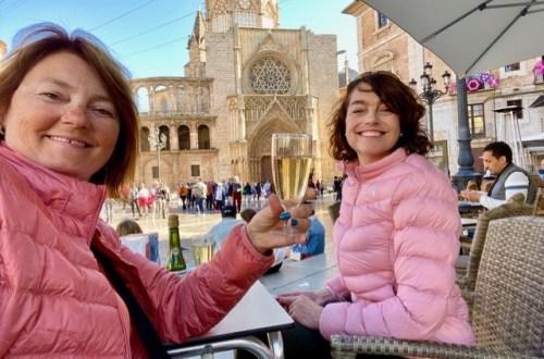 vin på Plaza Virgen i Valencia