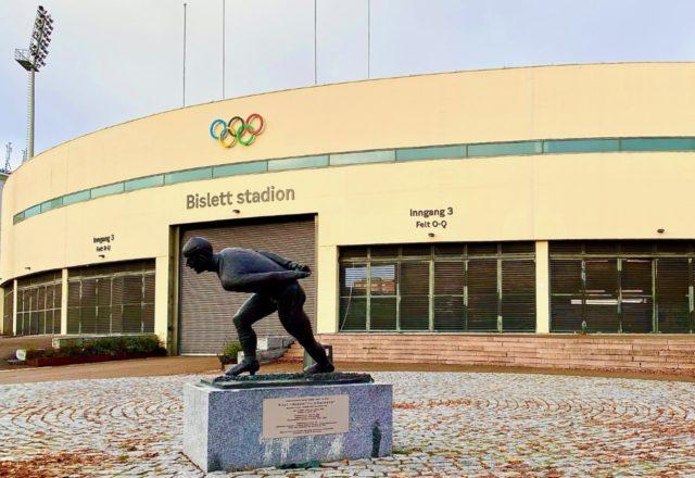 statue av kuppern utenfor bislett stadion