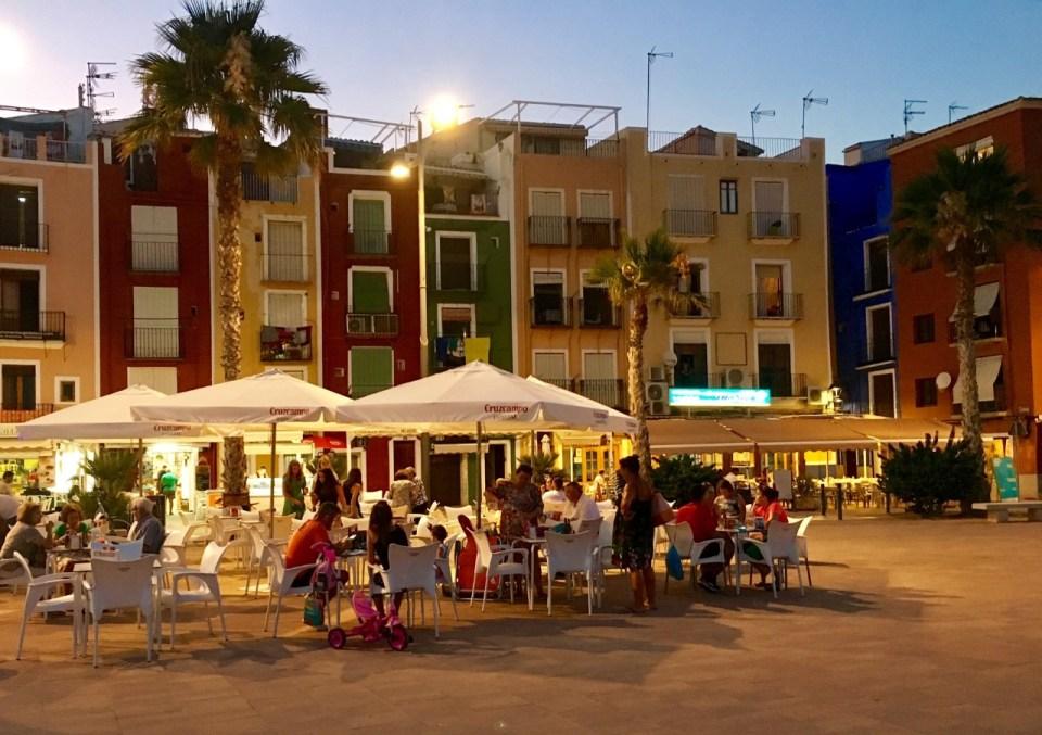 Uterestauranter på strandpromenaden i Villajoyosa