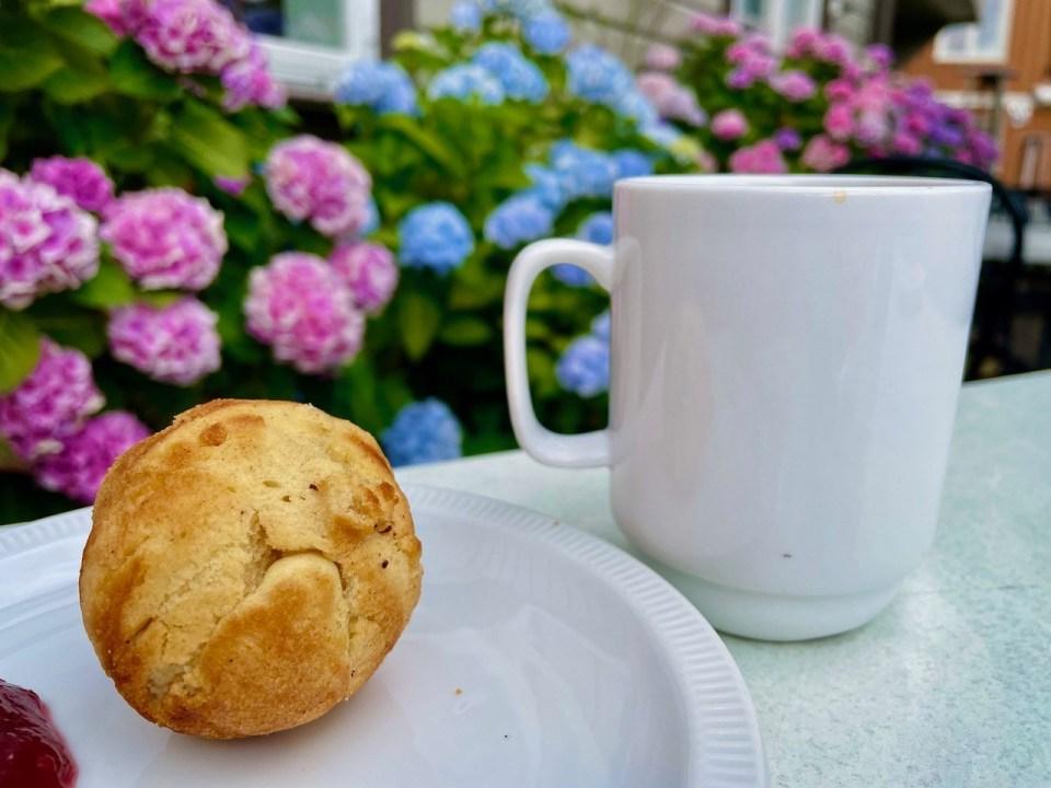 Munk og kaffe