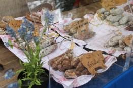 Flohmarkt in Berlin Friedrichshain, jeden Samstag gibt es hier einen Biomarkt mit frischer Wurst