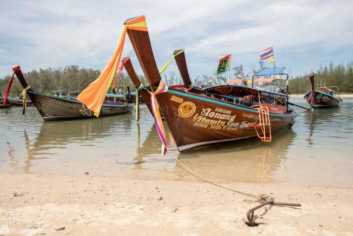 Longtail båter ved strand i Ao Nang