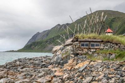 Bøvær. Bygning med båt på taket