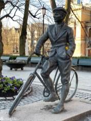 Gunnar Sønsteby, statue i Oslo