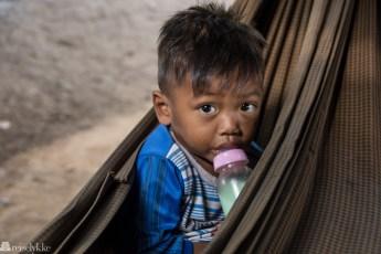 Gutt med tåteflaske, Kampot