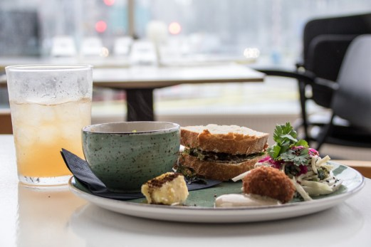 Lunsj med lokale delikatesser på Aloha Bar i Rotterdam