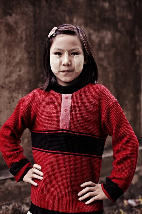 Jente i Myanmar. Foto av Kjetil Hasselgård