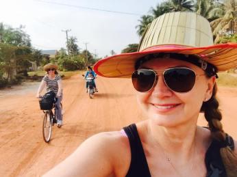 Mette og Marit på sykkeltur i Kampot