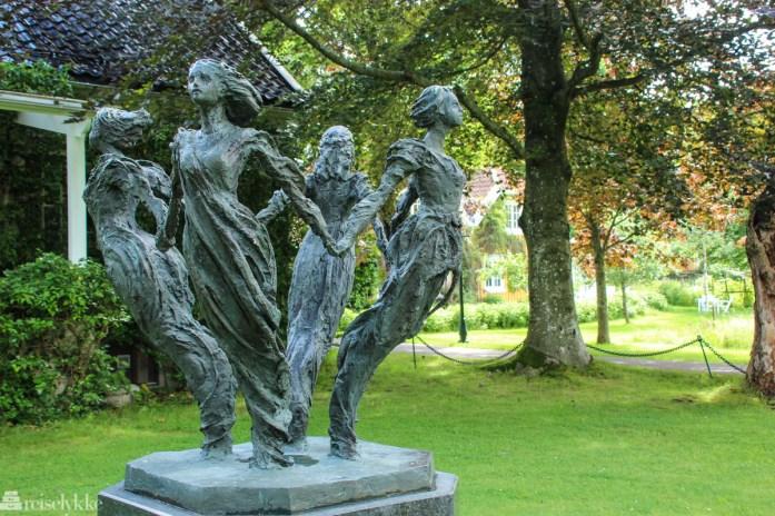 Skulptur i hagen på Engø Gård