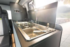 Nette Kitchenette | Dethleffs Globevan eHybrid Reisemobil | Credits: Dethleffs