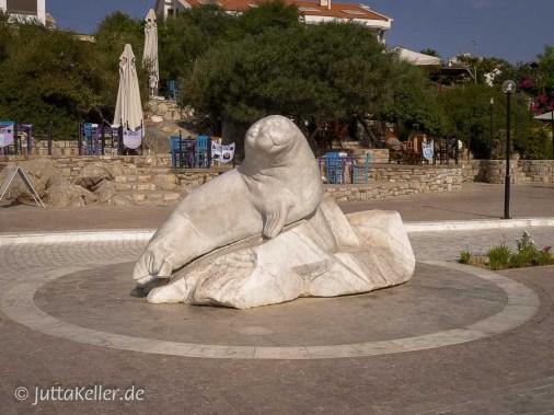 Im Hafen von Datça sitzt dieser weiße steinerne Seelöwe.