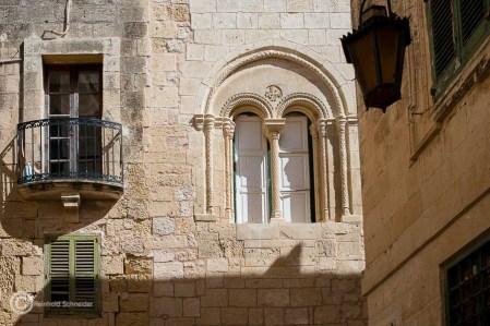 Schöne Hausfassaden: Arkadenfenster und kleine Balkone...