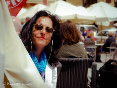 Die Autorin in Marsaxlokk bei einer Kaffeepause.