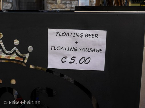 Der PR-Gag: Floating Bier mit Floating Würstel