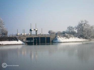 Stauwehr im Damm, der die beiden Seen trennt. Am Zufluß und Abfluß der Seen steht jeweils ein Kraftwerk.