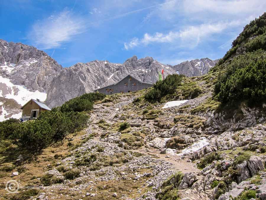 Ganz oben die Coburger Hütte auf 1917 m, ein etwas beschwerlicher Weg führt vom Seebensee hinauf.