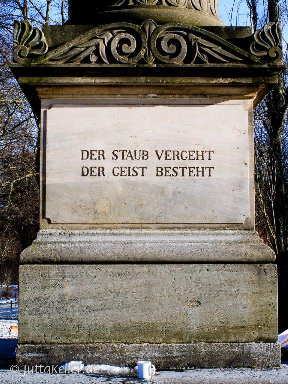 Sckell-Säule im Englischen Garten am Kleinhesseloher See in München