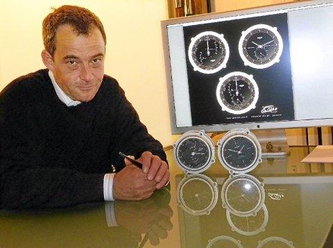 Hans Gabriel Schroll mit seinen Uhren