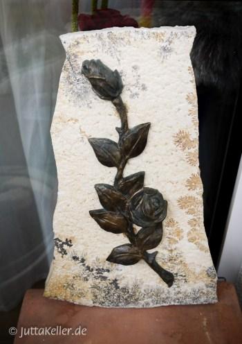 Meine eigene Grabplatte, sie steht auf meinem Balkon, ich lebe mit ihr und freue mich, wenn ich sie sehe. Ich habe sie selbst designt aus einer Solnhofener Platte und einer Rose aus Bronze.