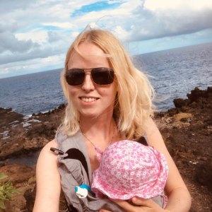 Moni mit Baby am Meer