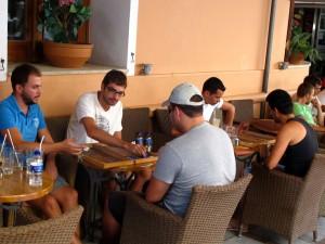 In Straßencafés wird oft Backgammon gespielt.