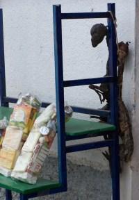 Getrockneter Lamafoetus vor dem Hexenladen