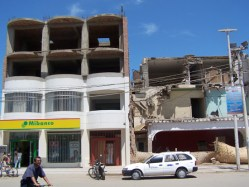 Die Bank links hat das Beben überstanden. Die Bank rechts nicht.