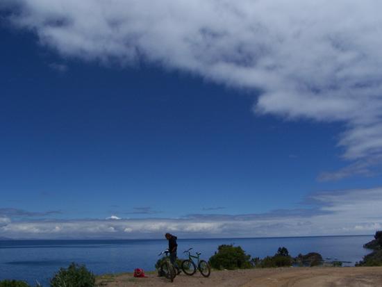 Stephan vor dem Loch im Himmel über dem See