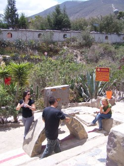 Die Äquatorlinie im Museo Inti Nan (rechts oben ist im Hintergrund die Kugel des offiziellen Denkmals zu sehen)