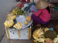 Aufgeschnittene Jackfruit bei einer Straßenhändlerin in Can Tho