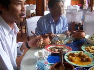Xuan, der Guide, und Yung, der Fahrer, beim Mittagessen