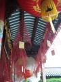 Weihrauchspiralen in einem Tempel