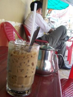 So musse es sein: Kalter Kaffere, serviert mit einem Extrakännchen grünem Tee