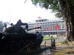 Panzer vor dem Palast