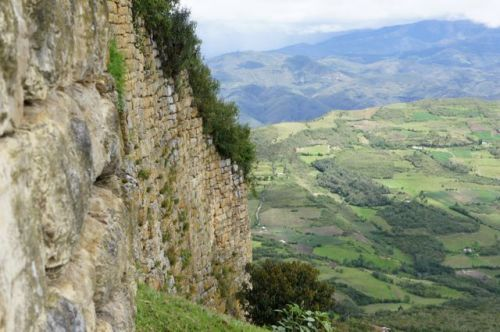 Kuelap-Mauer mit unendlichem Panoramablick