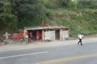 Busfahrer, der nach einm Zwischenstop an einem Straßenrandtempel zurückeilt