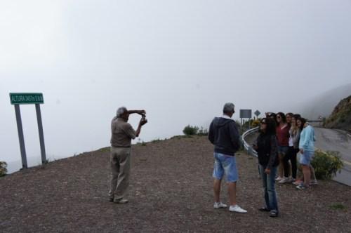Carlos, der freundliche Gaucho, macht Fotos von Touristinnen oben auf dem Pass