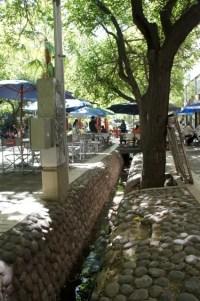 Fußgängezone mit der für Mendoza typisch sehr tiefen Gosse