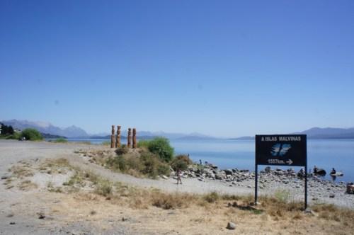 Malvinas-Wegweiser am Seeufer in Bariloche