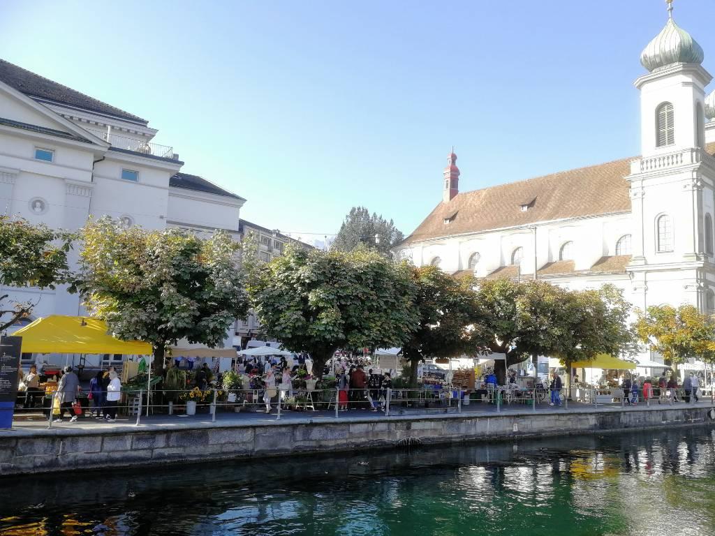 Auf beiden Seiten der Reuss findet am Samstag Markt statt.