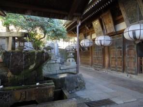 Nigatso-do shrine with well.