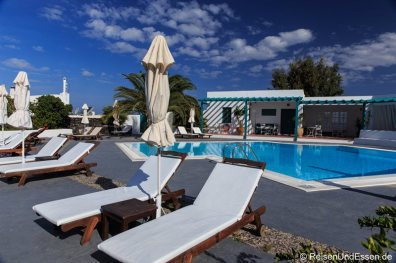 Pool in einer Hotelanlage in Oia