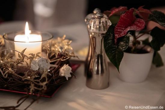 Adventsdekoration auf dem Tisch