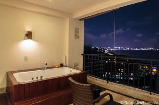 Terrasse mit Badewanne und Blick auf Sanya im Ocean Sonic Resort