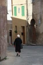 Alte Frau in Gasse
