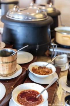 Zutaten für den Brei beim Frühstück im Hotel Santika Premiere Gubeng Surabaya