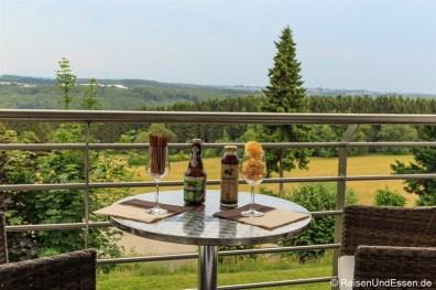 Bier, Saft, Salzstangen und Chips auf dem Balkon im Hotel Wildpark