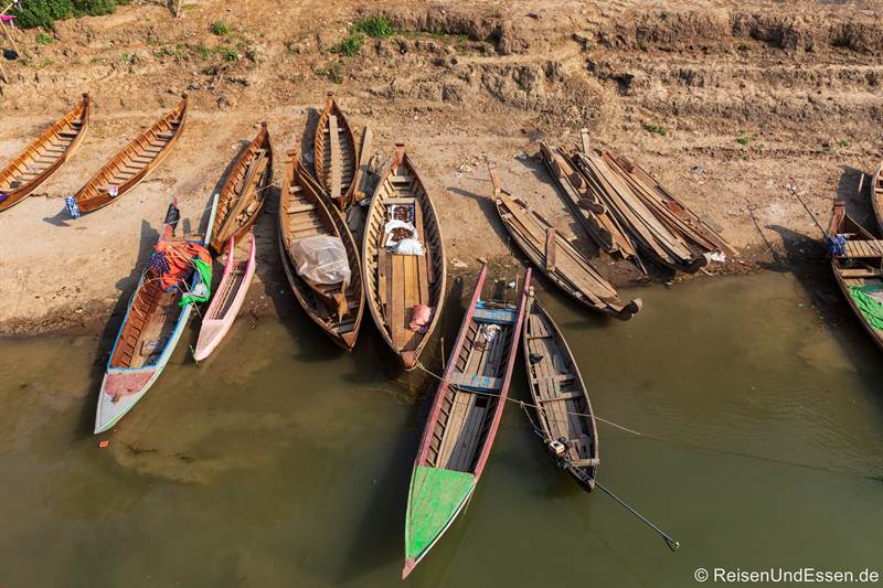 Boote am Ufer des Irrawaddy